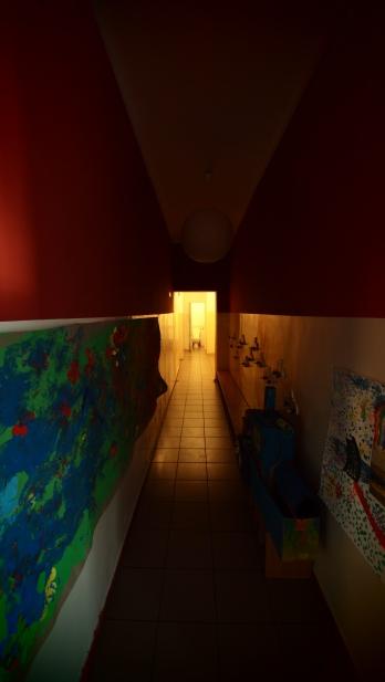 Korytarz, idź w stronę światła. Widok z drzwi wejściowych, 2012